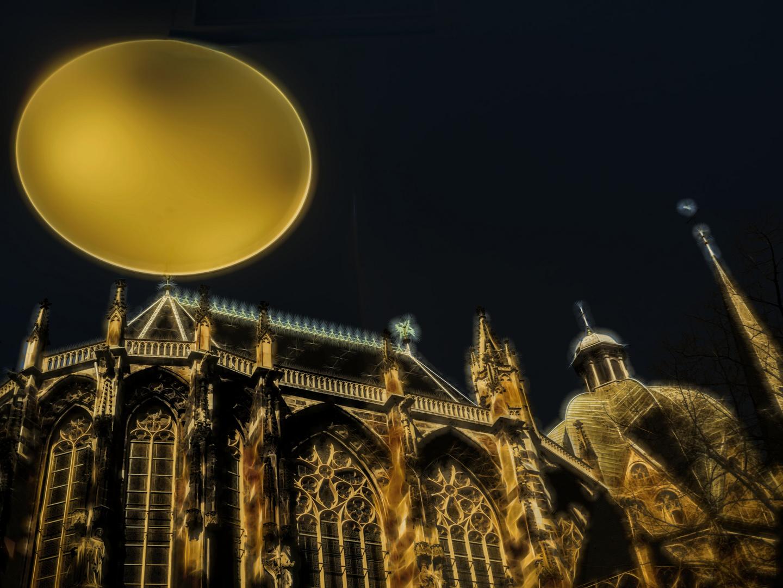 Satelitenschüssel auf dem Aachener Dom... ???