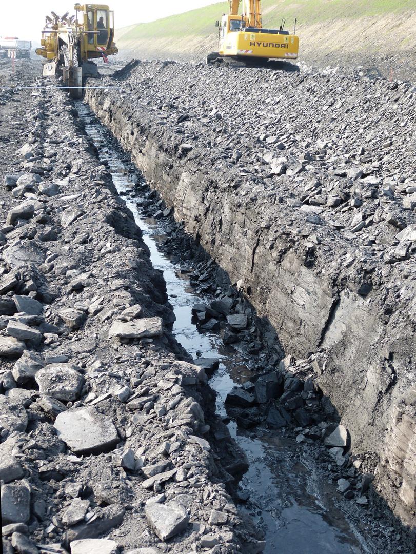 Sauber gefräster Graben für die Aufnahme der Beton-Abflussrhre