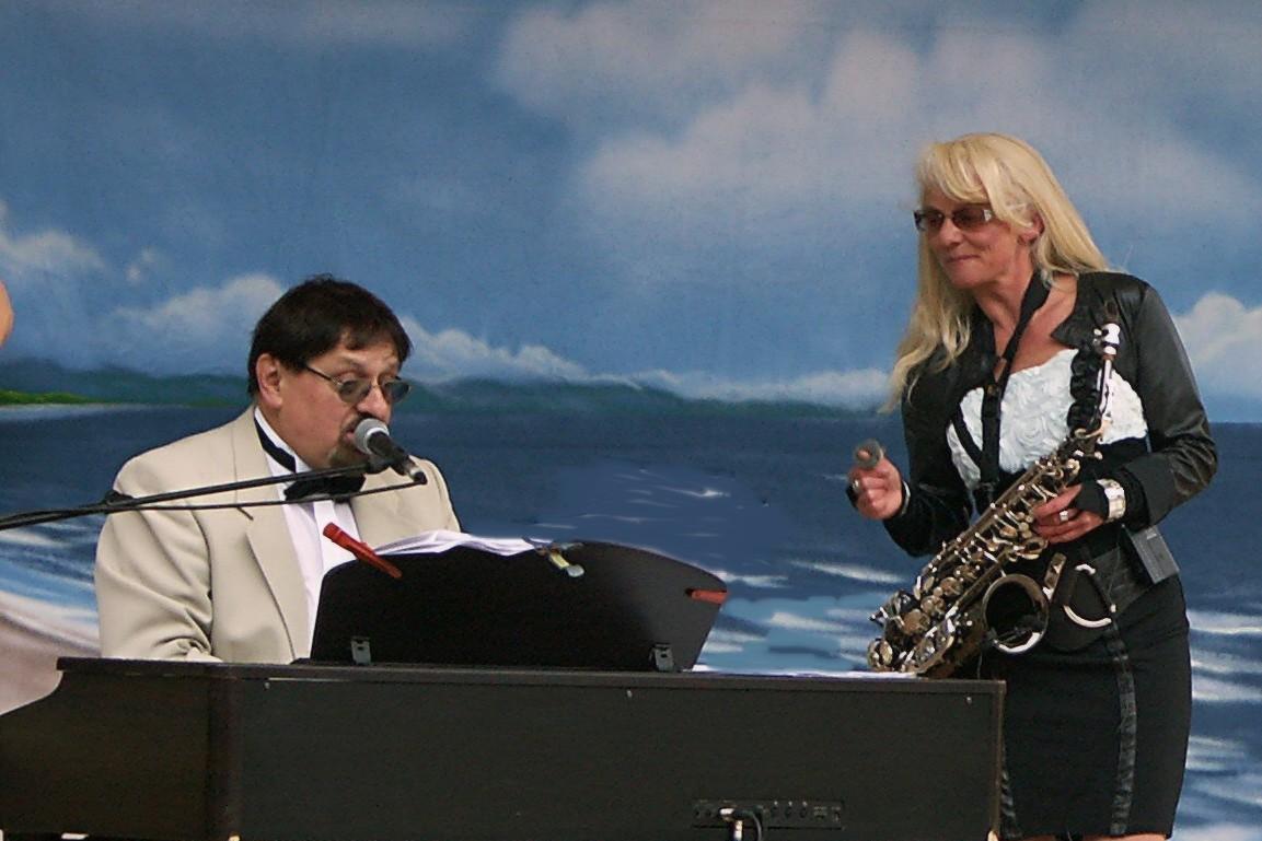 Saxophonistin mit Pianist am Meer