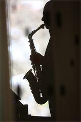 Saxophonspieler im Schatten der bildenden Kunst