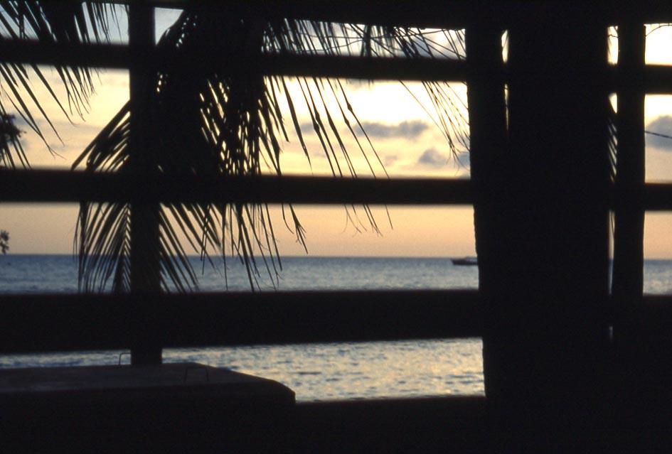 sbirciando tra le griglie...un suggestivo tramonto