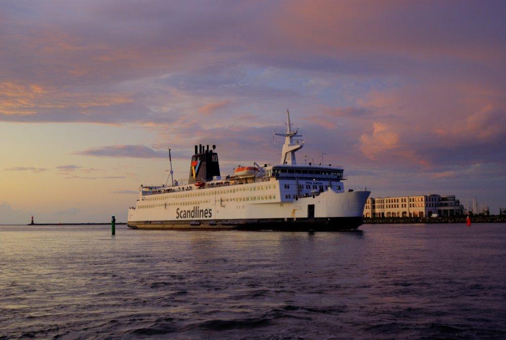 Scandlines Fähre beim Einlaufen in den Warnemünder Hafen bei Sonnenuntergang