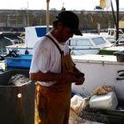Scène de vie au port avec le pêcheur