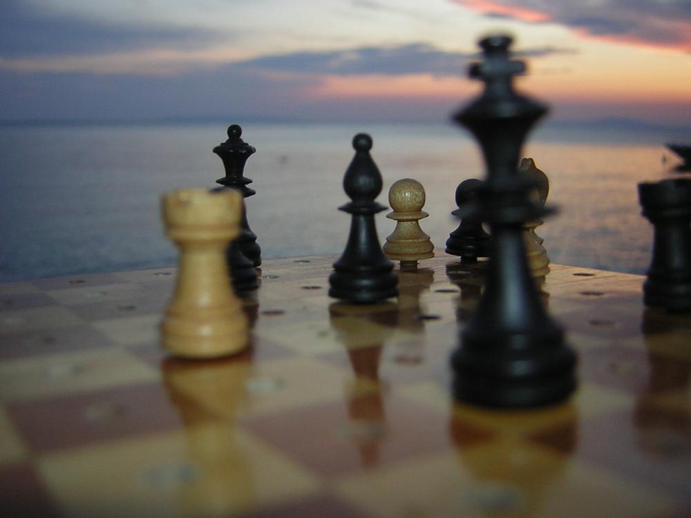 Schachfiguren am Meer