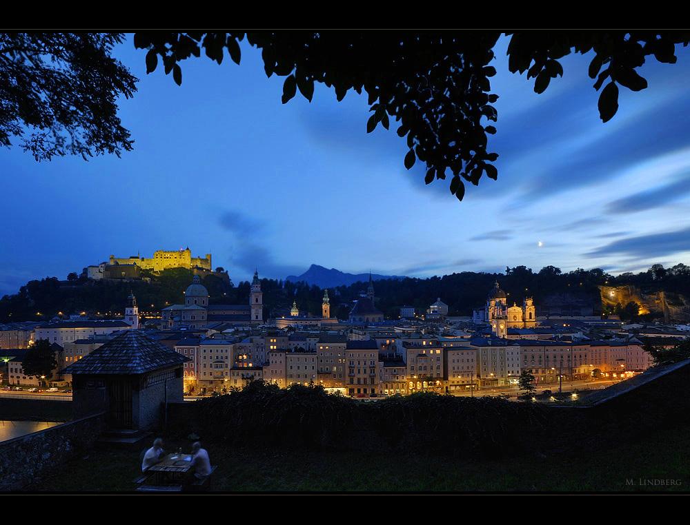 Schachspieler über Salzburg