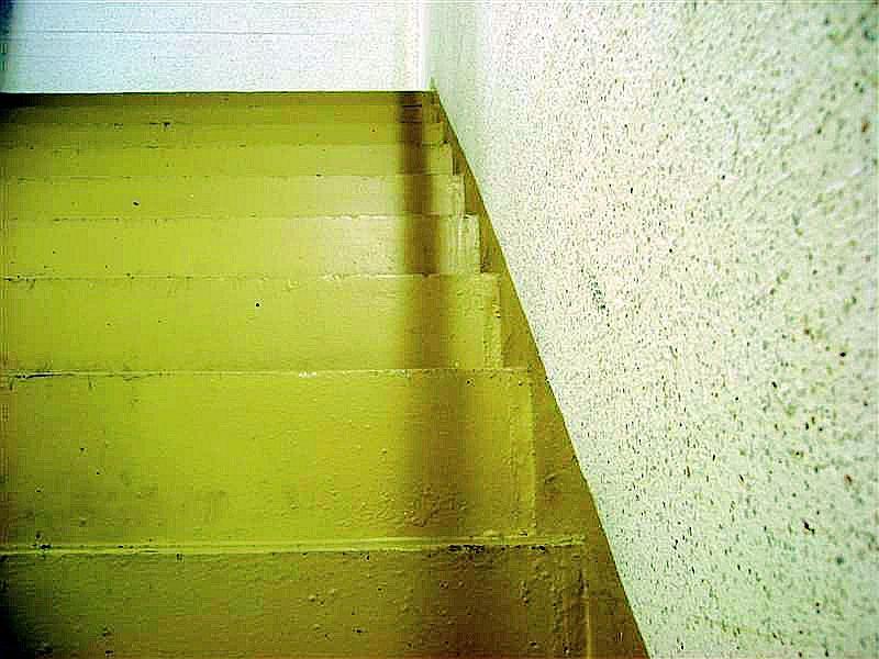 Schatten.. fallen.. die Treppe hinunter.
