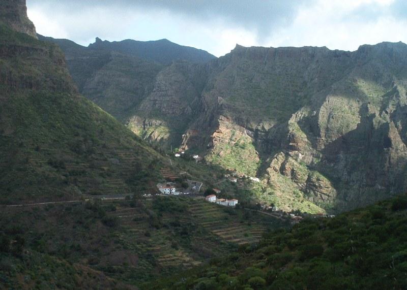 Schatten im bergigen Tal