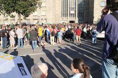 Schatten und Demonstranten - K21 Stuttgart