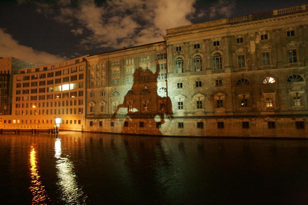 Schattenspiel des Reiterdenkmals in Berlin