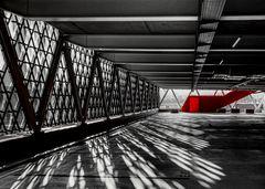 Schattenspiel mit rotem Aufgang