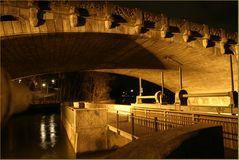 Schattenspiele einer Brücke