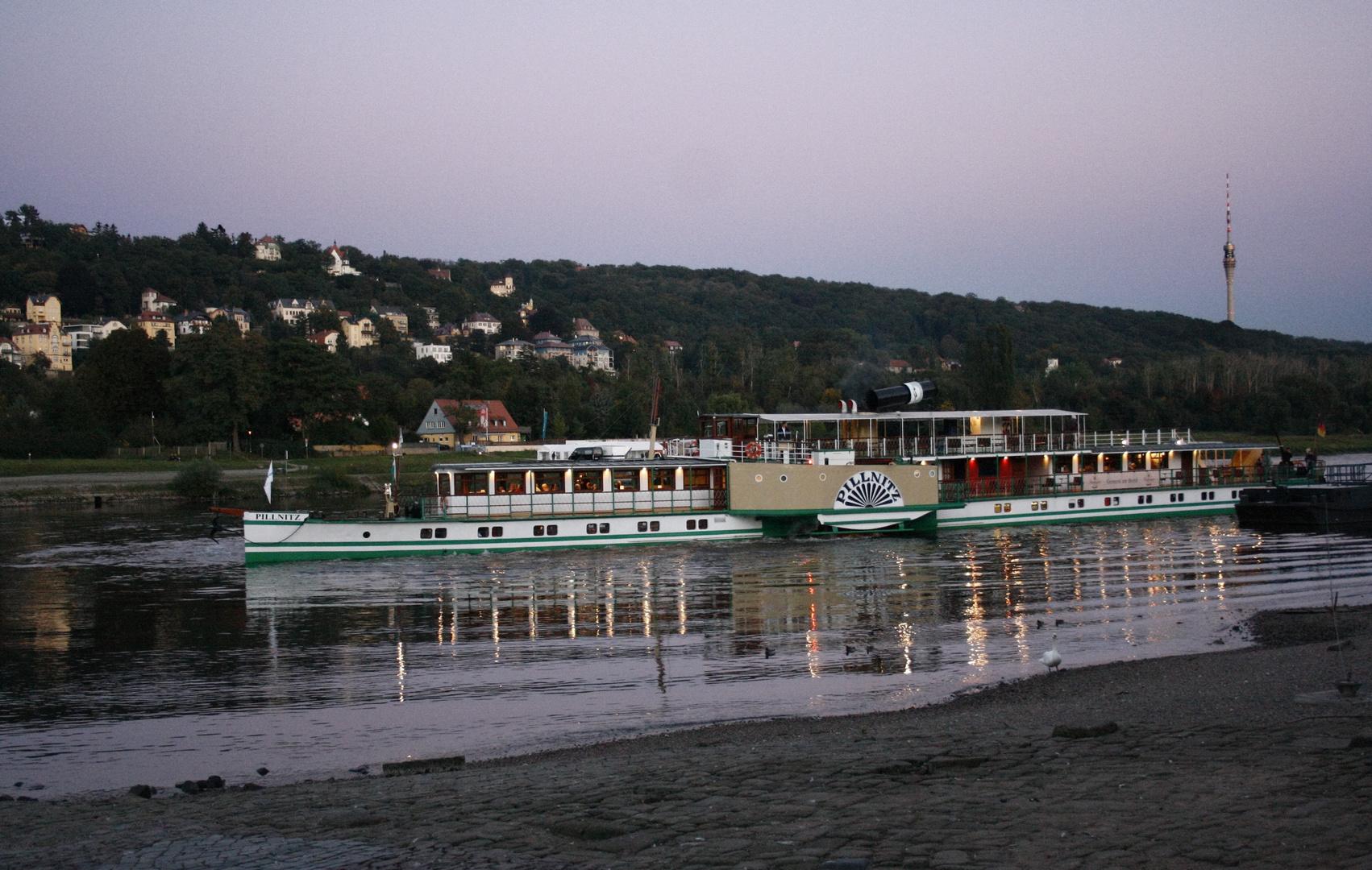 """Schaufelraddampfer """"Pillnitz"""" auf der Elbe vor dem Blauen Wunder"""