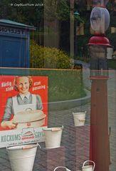 Schaufenster mit Haushaltsartikeln 50er Jahre