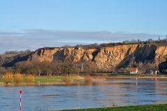 schefe Linkskurve der Elbe bei Diesbar Seußlitz mit Plus 2 Metern Wasserstand