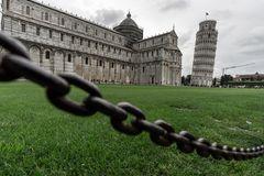 Schiefer Turm und hängende Kette von Pisa