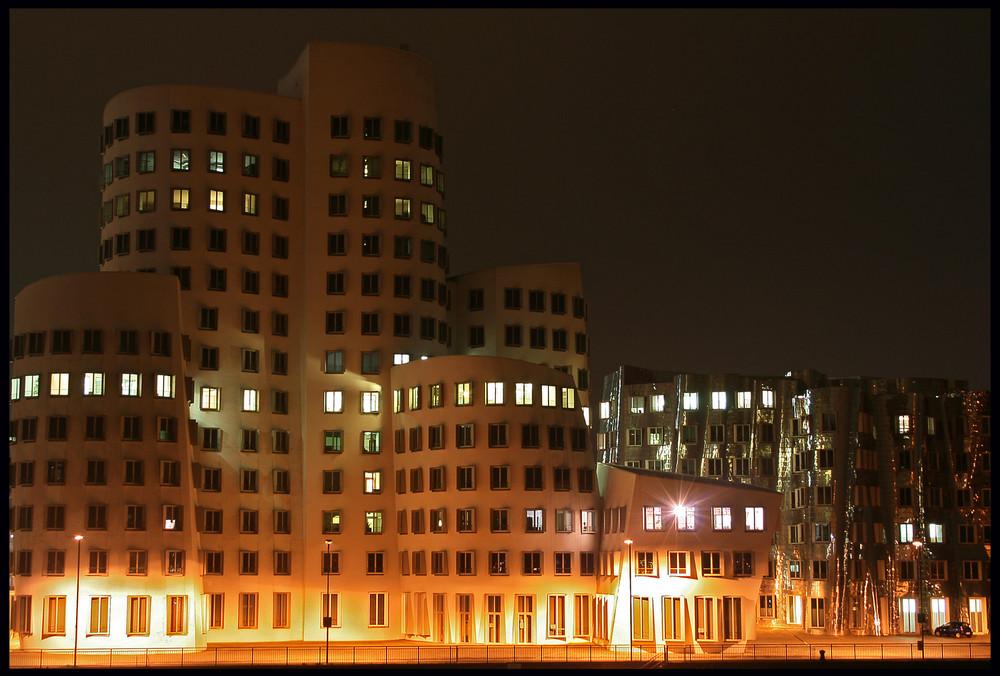 Schiefes Gebäude aus dem Hafen...