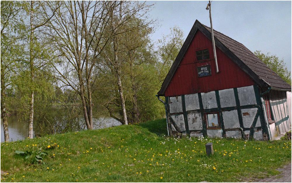 Schiefes Haus auf dem Wümmedeich in Bremen