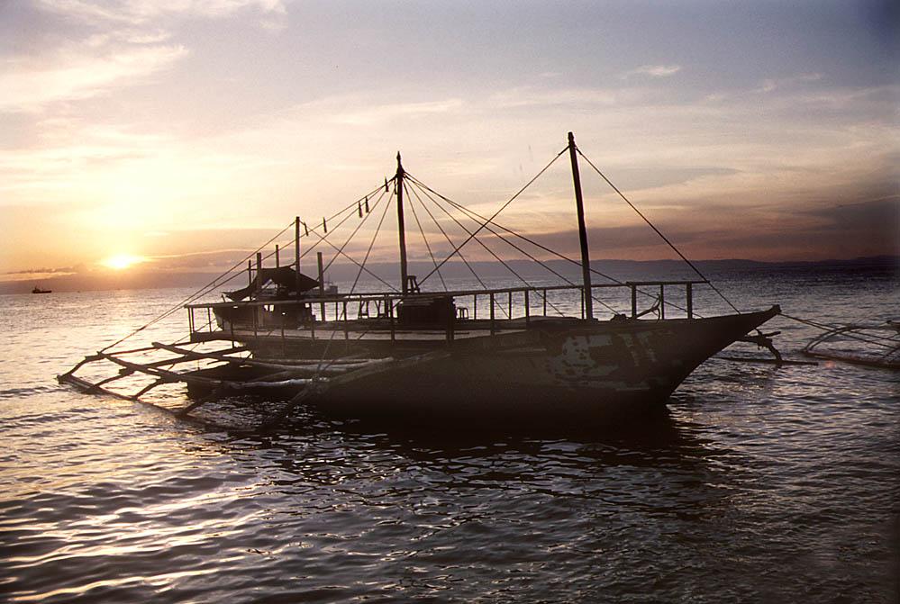 Schiff am Strand von Bohol, Philippinen
