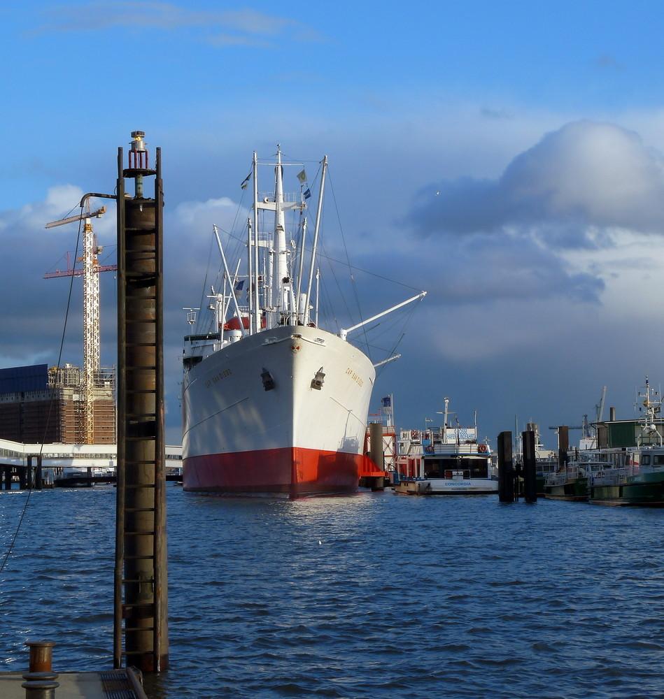 Schiff an den Landungsbrücken