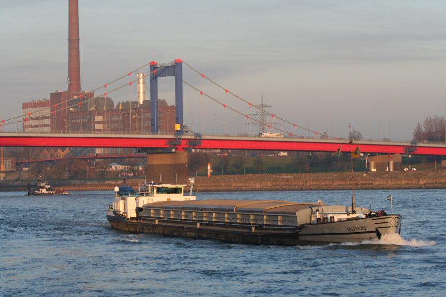 Schiff auf dem Rhein bei Duisburg-Ruhrort