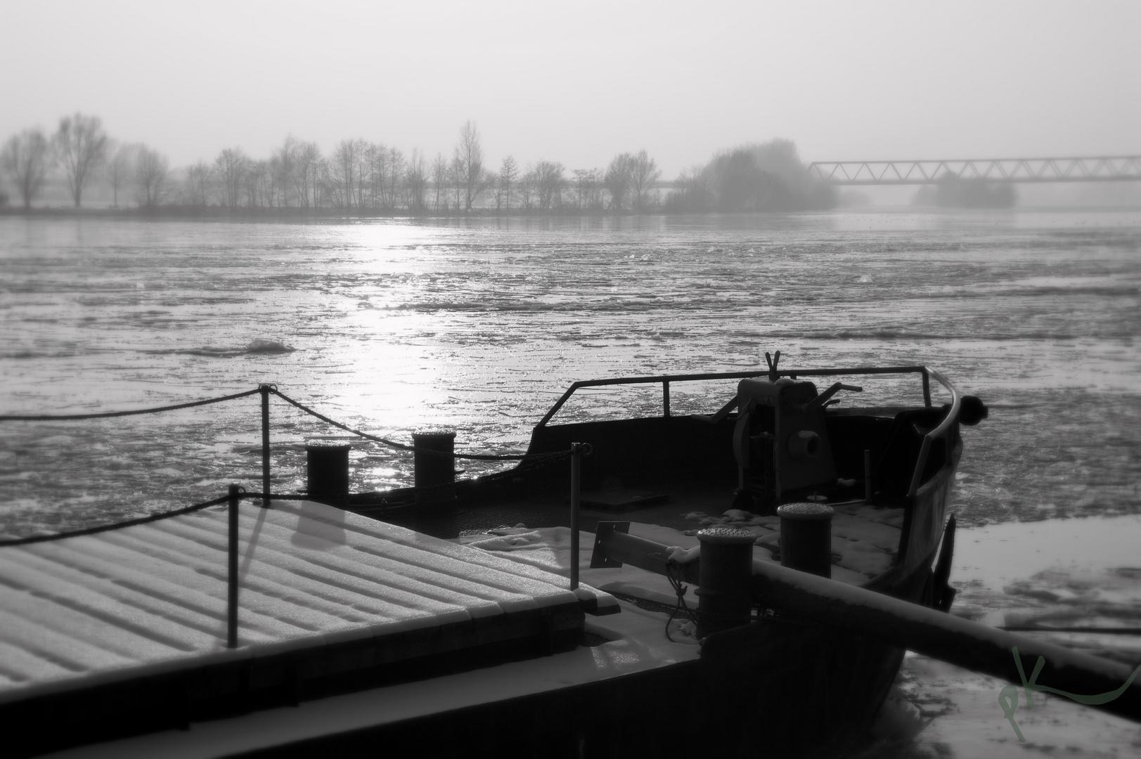 Schiff auf gefrorener Donau