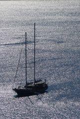 Schiff im Gegenlicht