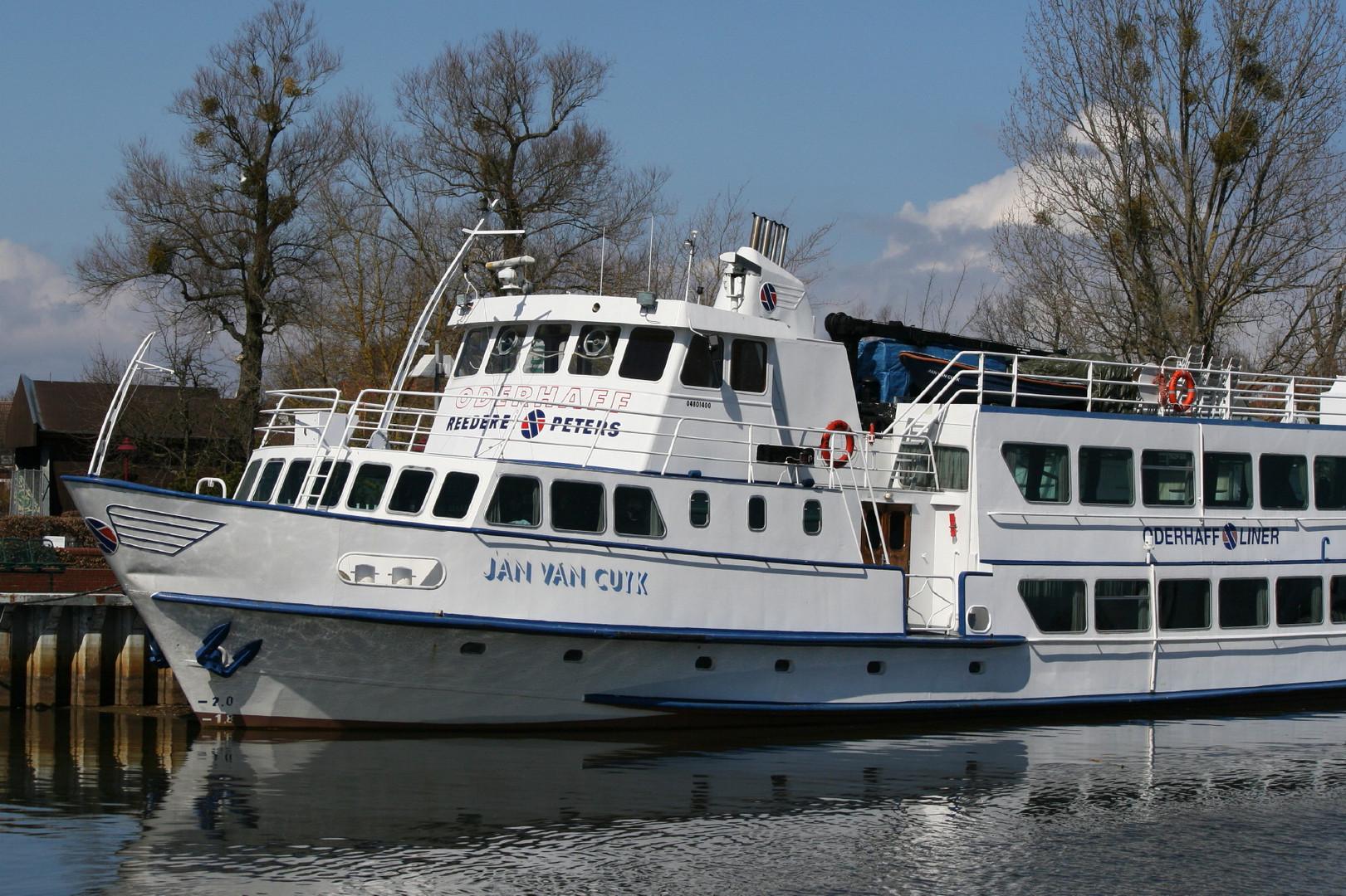 Schiff in Ueckermünde Stadthafen