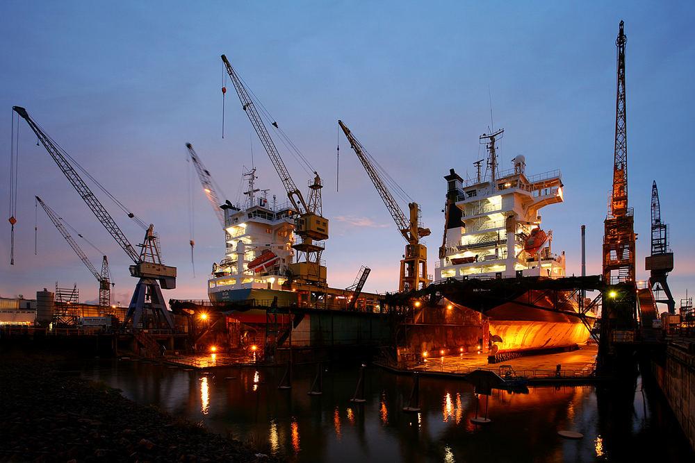 Schiffe und Kräne