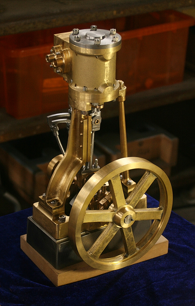 Schiffsdampfmaschine mit stehendem Zylinder und vorwärts/rückwärts-Umsteuerung