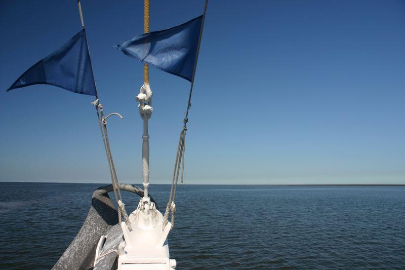 Schiffsfahnen auf dem Meer