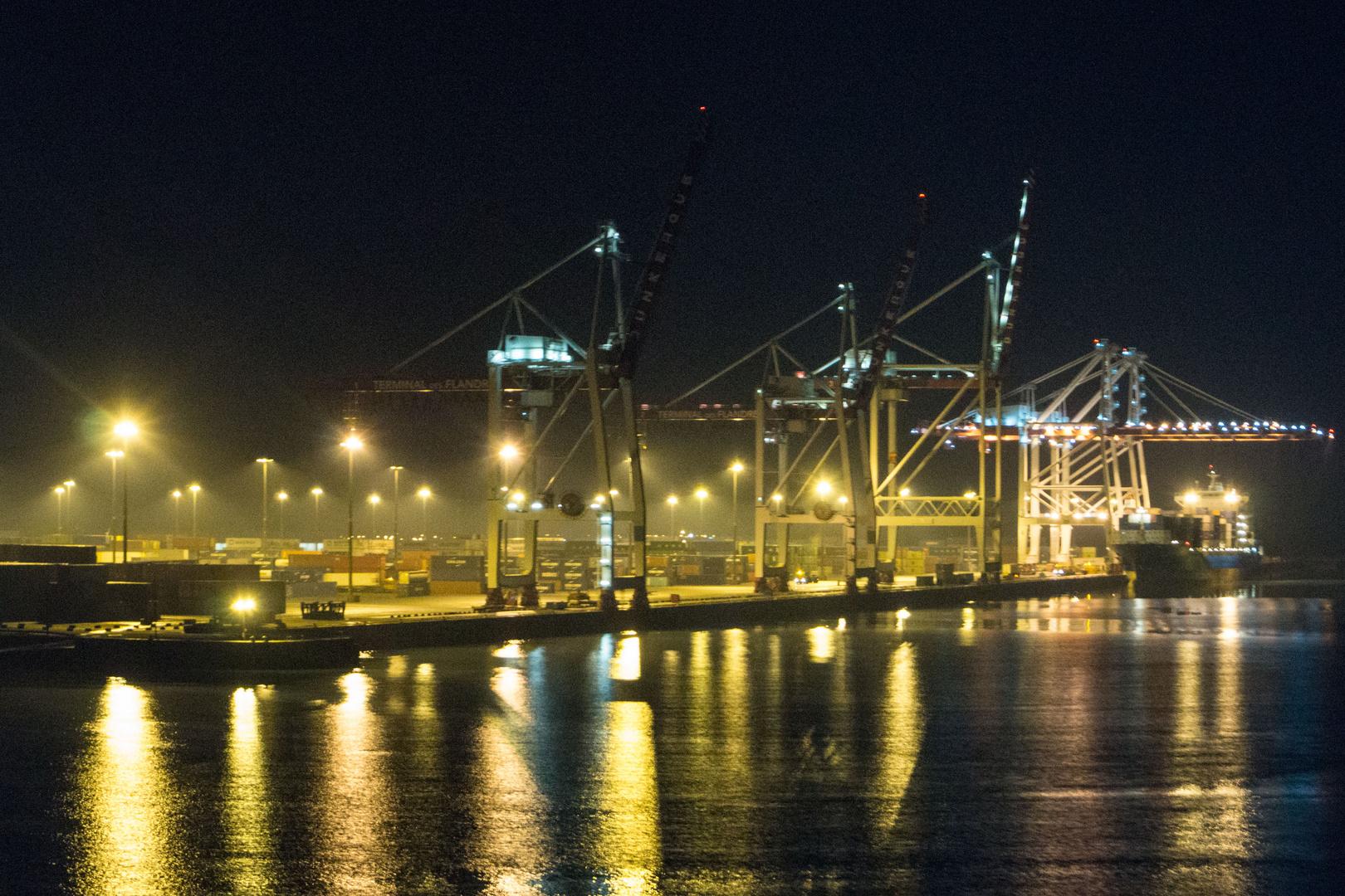 Schiffskräne, Dunkerque bei Nacht