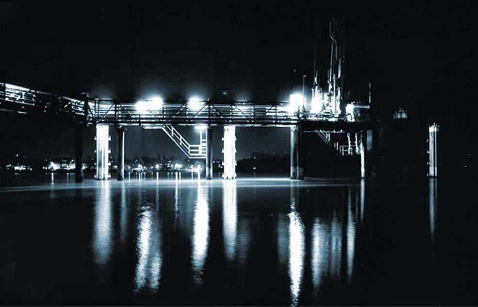 Schiffsverladeanleger bei Nacht