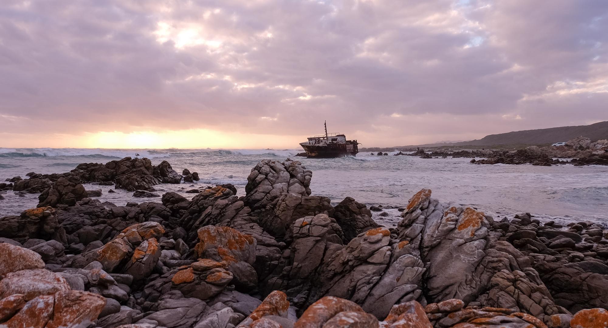Schiffswrack an der Küste