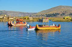 Schilfboote in der Bucht von Puno