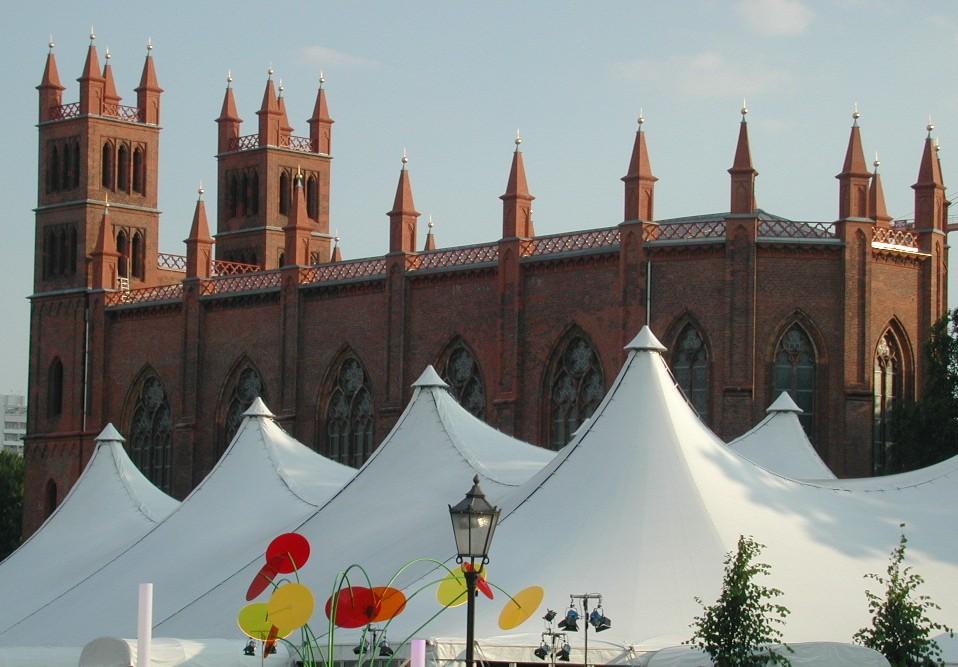 schinkelkirche mit festzelt