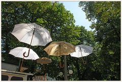 Schirme vor einem Basler Kasernenplatz...