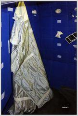 Schlafsack des Astronauten, der an der Wand befestigt ist.