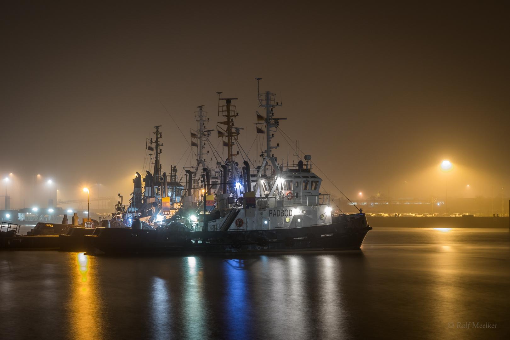 Schlepper bei nächtlicher Ruhepause im Emder Hafen.