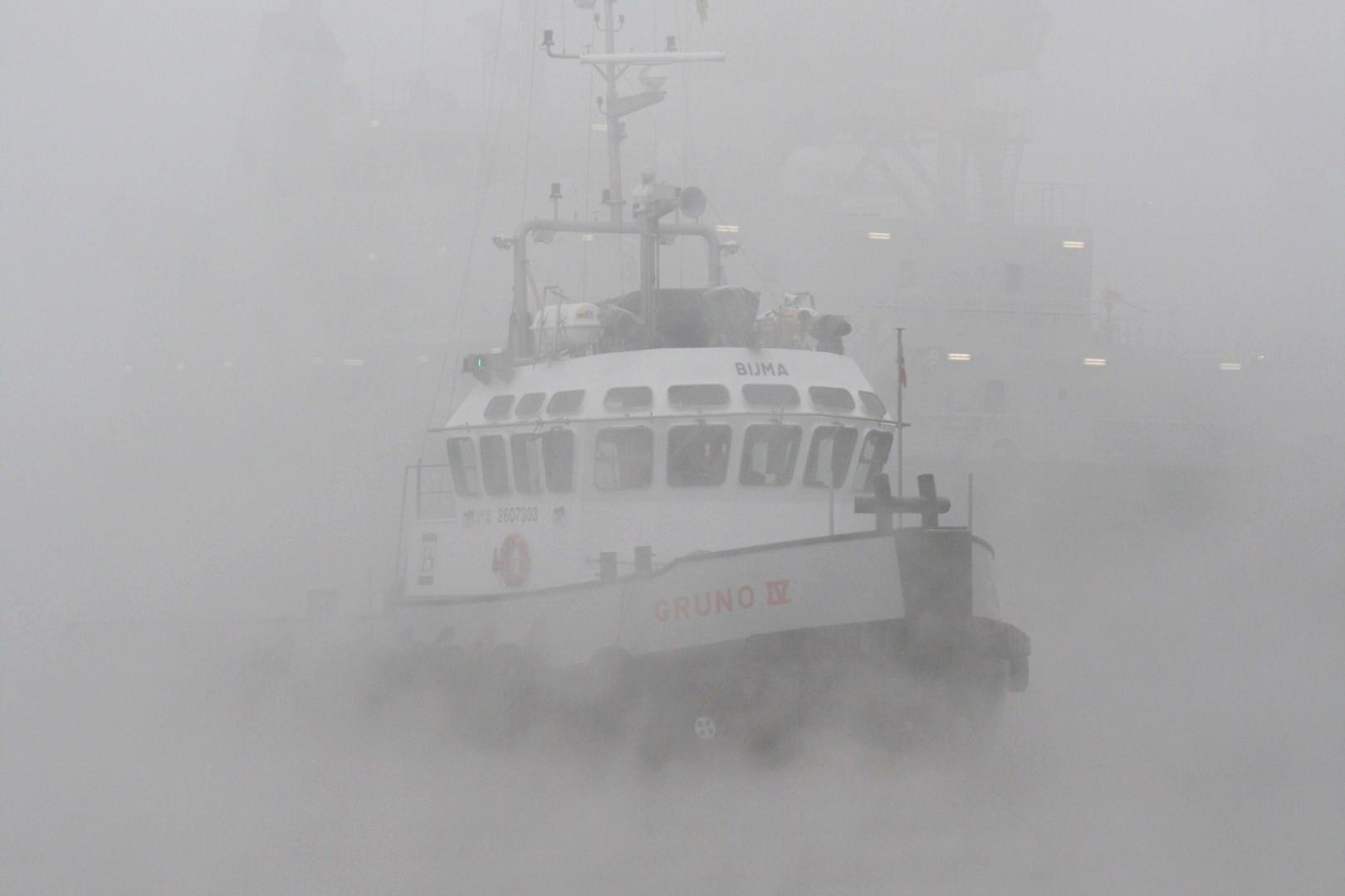 Schlepper im Nebel