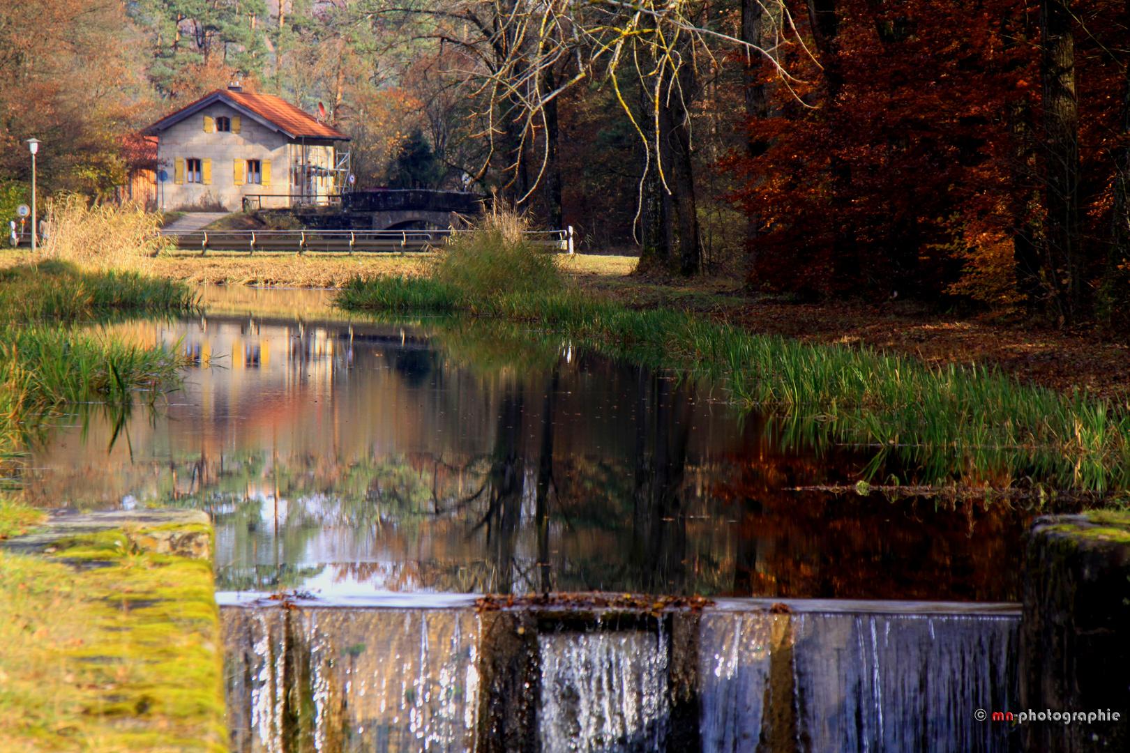 Schleuse bei Pfeifferhütte im Herbst mit Spiegelungen