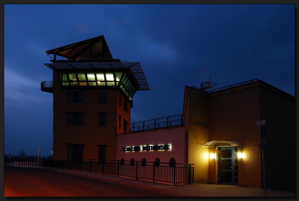 ...Schleusenturm bei Nacht...