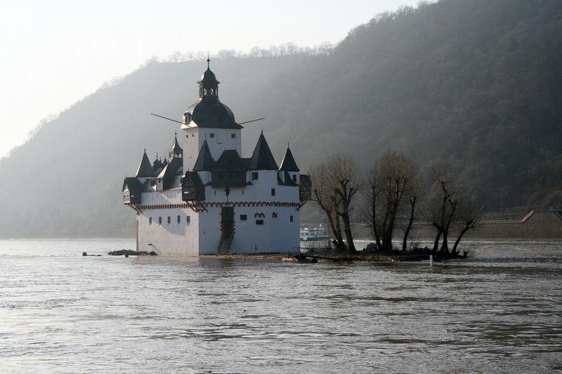 Schlößchen im Rhein...