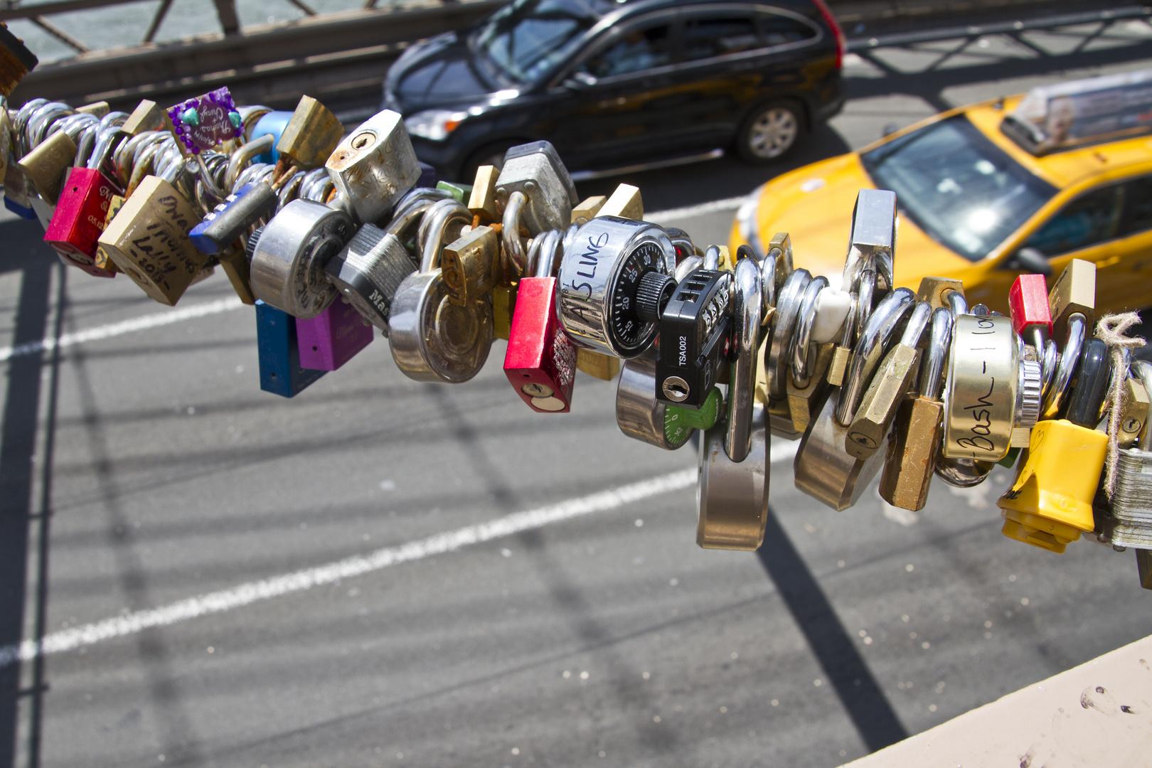 Schlösser an der Brooklyn Bridge