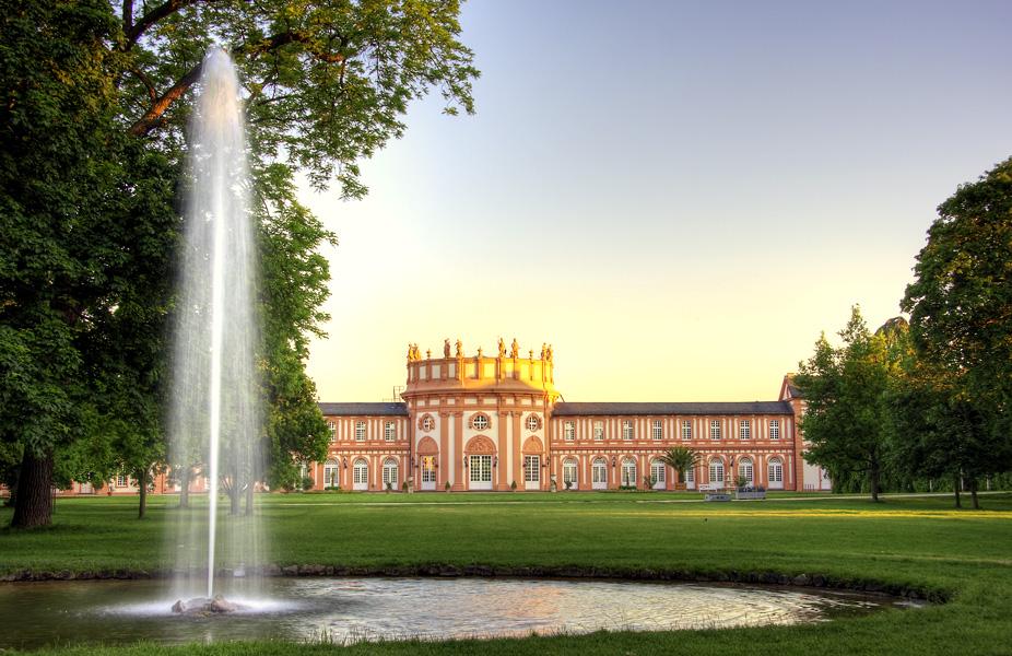 Schloss Biebrich im Sonnenschein Foto & Bild