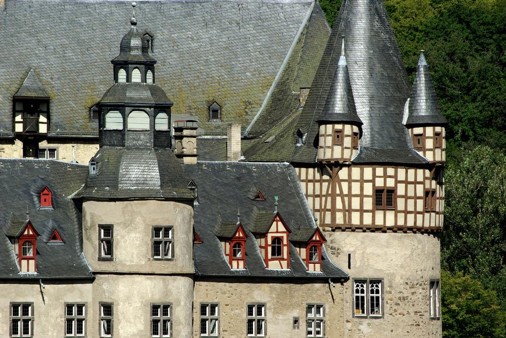 Schloss Bürresheim / Eifel (Ansicht von Süden auf Amtshaus und Rundturm)