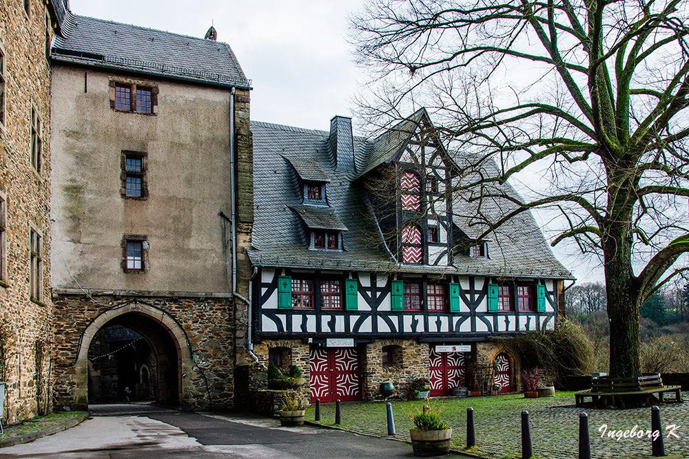 Schloss Burg - Innenhof - Rückseite des Eingangs