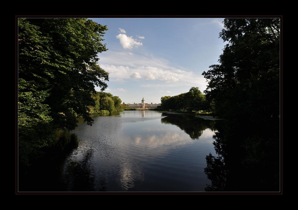 """Schloss Charlottenburg.......... von der """"kleinen roten Brücke"""" aus gesehen"""