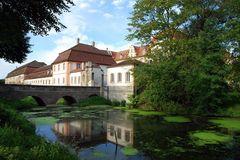 Schloss Ellingen - die Stallungen beim Weiher