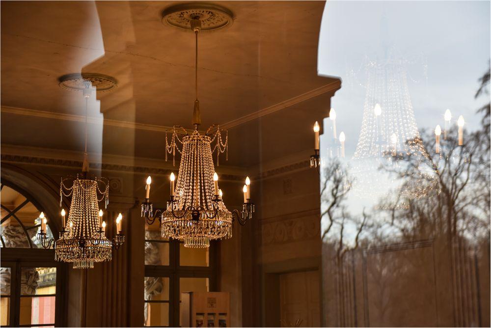 Schloss Favorite Ludwigsburg - Blick durch spiegelndes Fenster ins Innere