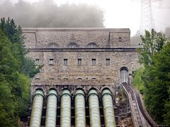 Schloss mit reichlich Abfluss und einem Schrägaufzug im Nebel